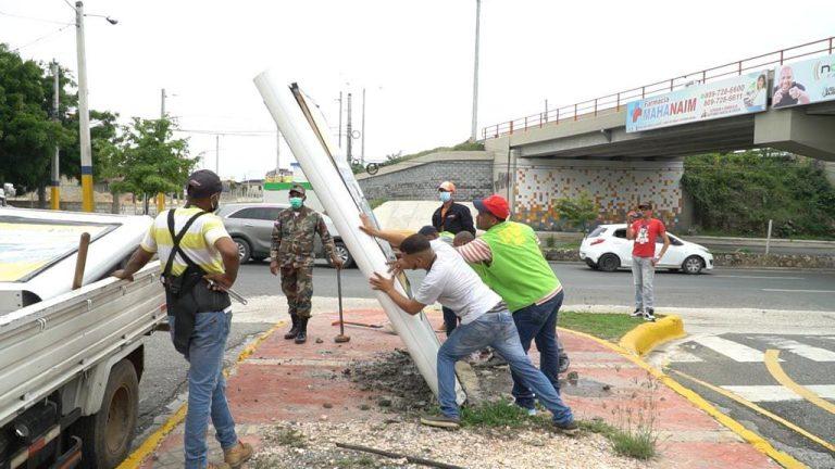 Ayuntamiento SDE informa que elimina decenas de vallas ilegales